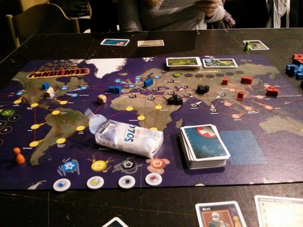 """""""Pandemie"""", ein kooperatives Spiel, bei dem es gilt Krankheiten zu heilen. Die Taschentücher gehören zum Spiel übrigens nicht dazu."""
