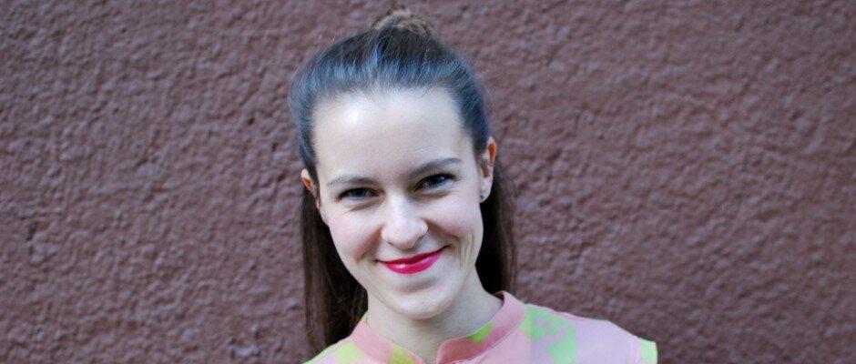 Eine weiße Frau mit dunklen Haaren