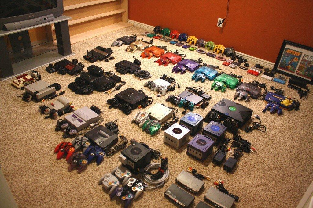Auf einem Fußboden stehen über 20 verschiedene Konsolensysteme mit Controllern