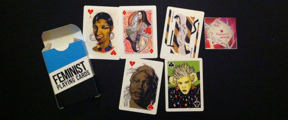 Auf schwarzem Hintergrund liegen Spielkarten mit Musikerinnen drauf.